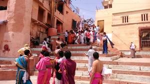 Varanasi, 15 marzo 2017. Arrivo di una processione sul Gange.