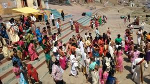 Varanasi, 15 marzo 2017. Discesa di pellegrini a porare le offerte al Gange
