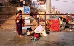 Varanasi, 16 febbraio 2017. Donne che cercano di rivestirsi dopo il bagno nel Gange.