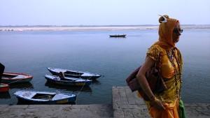 Varanasi, 16 febbraio 2017. Occidentale che passeggia vestita da sadhu.