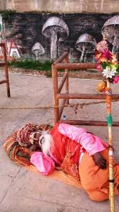 Varanasi, 16 febbraio 2017. Siesta sui ghat.