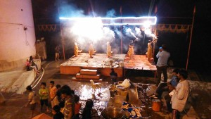 Varanasi, 17 febbraio 2017. Cerimonia serale nei pressi del Manikarnika Ghat.