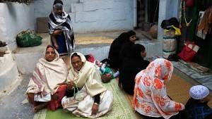 Varanasi, 17 febbraio 2017. Donne in preghiera nel cortiletto del santuario islamico.