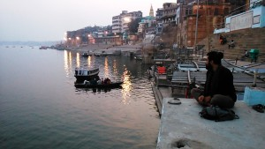 Varanasi, 17 febbraio 2017. Il calar della sera sui ghat.