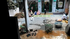 Varanasi, 17 febbraio 2017. Il cortiletto del santuario islamico.