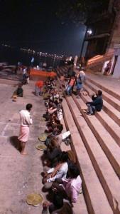 Varanasi, 17 febbraio 2017. La distribuzione della cena accanto al Manikarnika Ghat.