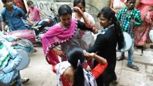 Varanasi, 17 febbraio 2017. Suonatori e danze di un corteo nuziale.