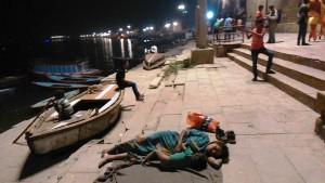 Varanasi, 17 marzo 2017, Rana Ghat, sera. Madre senza casa mentre allatta il bambino più piccolo nel suo giaciglio.