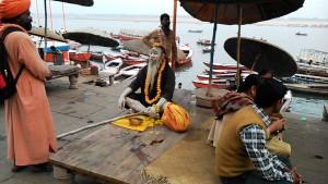 Varanasi, 18 febbraio 2017. Il guru del Dasaswamedh Ghat.