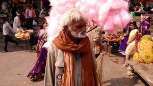 Varanasi, 18 febbraio 2017. Venditore di zucchero filato lungo il Dasaswamedh Ghat.