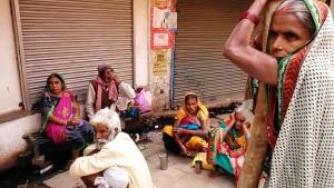Varanasi, 19 febbraio 2017. Pellegrini in riposo nei pressi del Golden Temple.