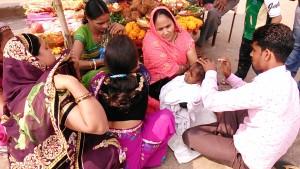 Varanasi, 19 febbraio 2017. Rasatura dei capelli sul Gange.