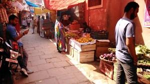 Varanasi, 2 marzo 2017. Mercatino della zona del Kedar Ghat.