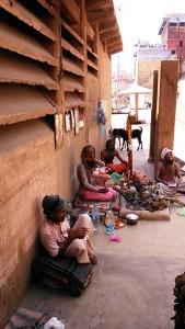 Varanasi, 20 febbraio 2017. Gruppetto di sadhu lungo i ghat.