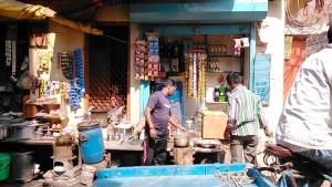 Varanasi, 20 febbraio 2017. Tea-stall in un vicoletto di Chowk.