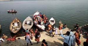Varanasi, 20 marzo 2017. La partenza dei pellegrini del sud con le offerte per il Gange.