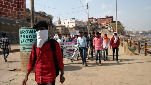 Varanasi, 20 marzo 2017. Manifestazione lungo il Gange.