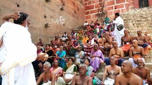 Varanasi, 20 marzo 2017. Pellegrini di Kannijakumari sulla riva del Gange.