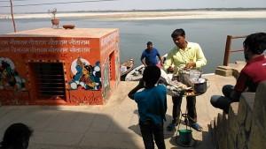 Varanasi, 20 marzo 2017. Venditore di cibo.