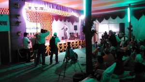 Varanasi, 21 febbraio 2017. Danza tradizionale indiana nei pressi dell'Assi Ghat.