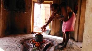 Varanasi, 21 febbraio 2017. Lavaggio quotidiano e decorazione del Lingam di Shiva in un tempio sui ghat.