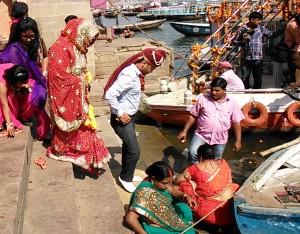 Varanasi, 21 febbraio 2017. Matrimonio al ghat.