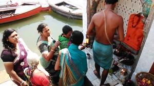 Varanasi, 21 febbraio 2017. Rituale di donne in un piccolo tempio del Dasaswamedh Ghat.