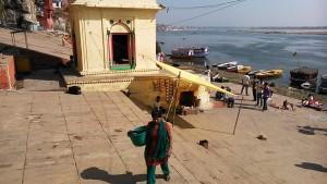 Varanasi, 21 febbraio 2017. Tempietto di Shiva e tea-stall lungo i ghat.