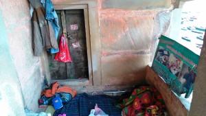 Varanasi, 21 marzo 2017, Chousati Ghat. Giaciglio di una coppia di senza casa con bambina.