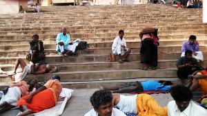 Varanasi, 22 febbraio 2017. Una zona d'ombra sui ghat nella tarda mattinata.l ghat