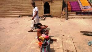 Varanasi, 23 marzo 2017. Allattamento lungo i ghat.
