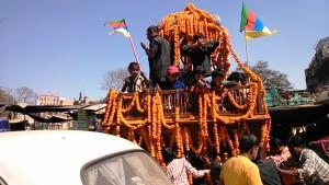 Varanasi, 24 febbraio 2014. Carro con bambini sulla Dasaswamedh road.