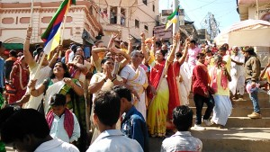 Varanasi, 24 febbraio 2017. Arrivo di una processione al Dasaswamedh Ghat.