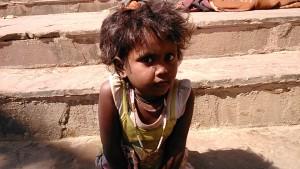 Varanasi, 24 febbraio 2017. Bambina che abita sui ghat.