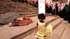 Varanasi, 24 febbraio 2017. I cumuli di riferimento di una bimba che abita sui ghat.