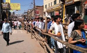 Varanasi, 24 febbraio 2017. La staccionata per il percorso del Golden Temple.