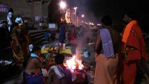Varanasi, 24 febbraio 2017. Lungo rituale celebrato sui ghat dai pellegrini del sud in occasione ghat per lo Shivarati.