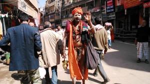 Varanasi, 24 febbraio 2017. Personaggio lungo la Main Road.
