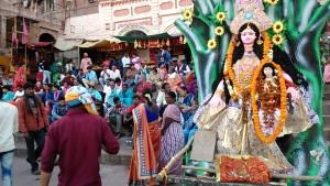 Varanasi, 24 febbraio 2017. Postazione della dea Kalinka al Dasaswamedh Ghat.