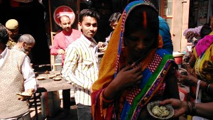 Varanasi, 24 febbraio 2017. Posto di ristoro gratuito lungo la Main Road.