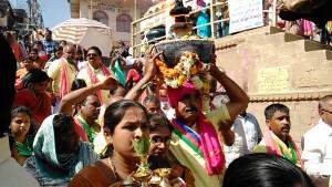 Varanasi, 24 febbraio 2017. Processione con le offerte per il Gange.