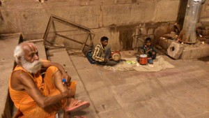 Varanasi, 24 marzo 2017. Concertino in tarda serata al Dasaswamedh Ghat.