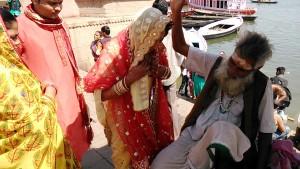 Varanasi, 25 febbraio 2016. Un guru benedice una coppia di sposi sul suo palco al Dasaswamedh Ghat.