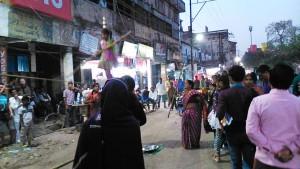 Varanasi, 25 febbraio 2017, sera. Lo spettacolo della bambina equilibrista sulla Main Road.