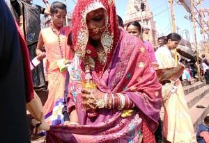 Varanasi, 25 febbraio 2017. I dettagli della sposa al dasaswamedh Ghat.