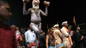 Varanasi, 25 marzo 2017. L'esibizione del Baba Shiva.
