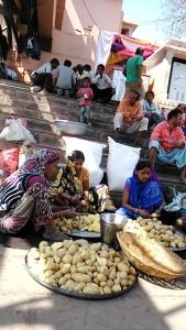 Varanasi, 26 febbraio 2017. Donne che pelano le patate per il pranzo da distribuire ai poveri.