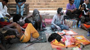 Varanasi, 26 febbraio 2017. Gruppo di Angori baba e seguaci.