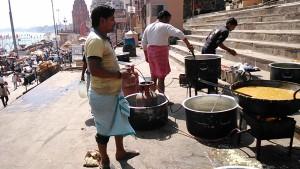 Varanasi, 26 febbraio 2017. La cucina allestita al Dasaswamedh Ghat per cucinare il pranzo per i poveri.