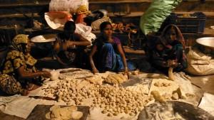 Varanasi, 26 febbraio 2017. Le donne preparano il cjapati per la cena da distribuire ai poveri.